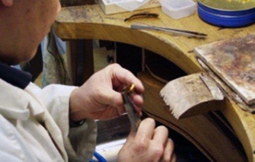 Réparation de bijou dans l'atelier du Comptoir d'Italie